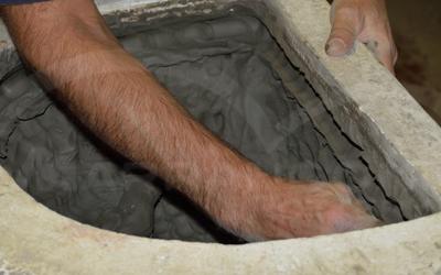 La produzione dei vasi in terracotta da giardino, fatta a mano con stampe in gesso