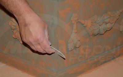 Terracotta da giardino: fase di rifinitura o ripulitura